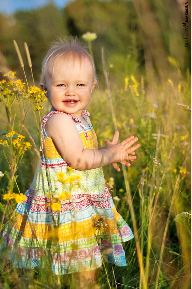 Olsztyn - fotografia dziewczynki w letniej sukience na łące. Profesjonalne sesje zdjęciowe dla dzieci.