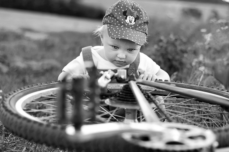 Zdjęcie dziecka przy rowerze. Fotograf dzieci w Olsztynie i okolicach.