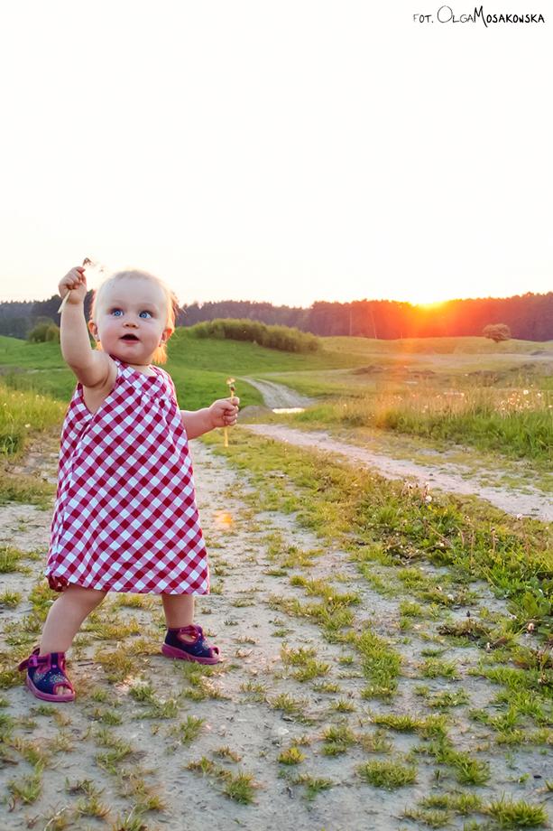 Zdjęcie dziewczynki na łące, sesja fotograficzna pod słońce.