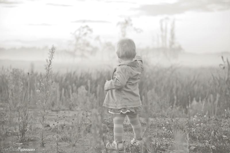 Zdjęcie dziecka we mgle. Profesjonalne sesje dla dzieci.