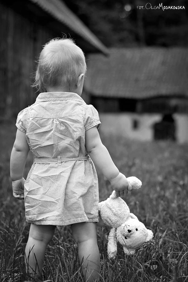 Zdjęcie dziecka na wsi - okolice Olsztyna. Fotograf Mama.