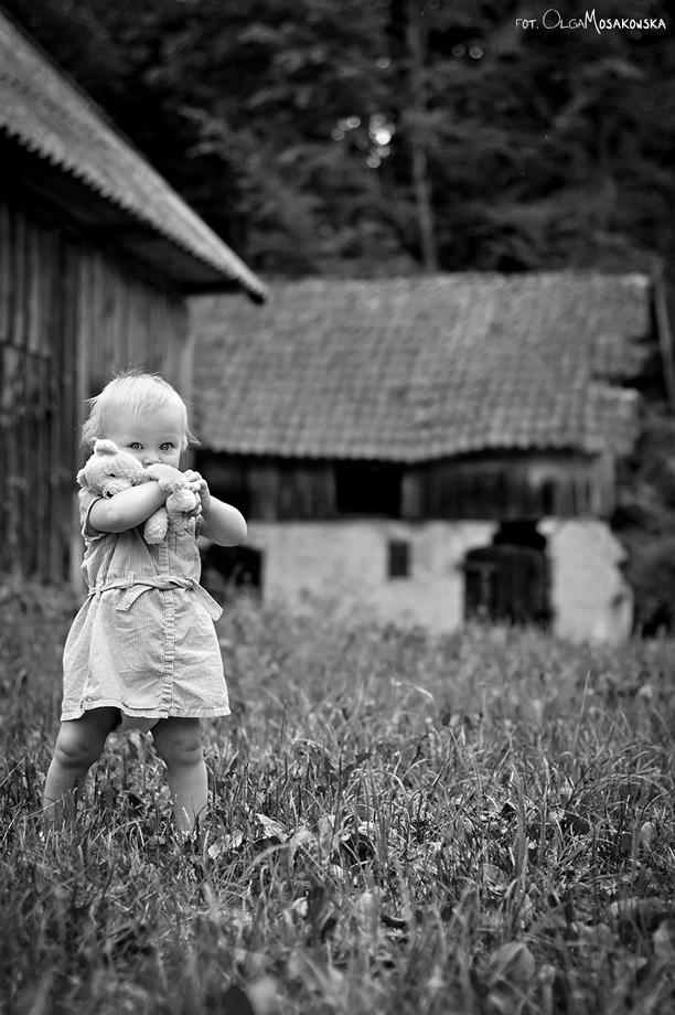 Zdjęcie dziecka z misiem, na wsi - Gutkowo. Fotograf dzieci Olsztyn.