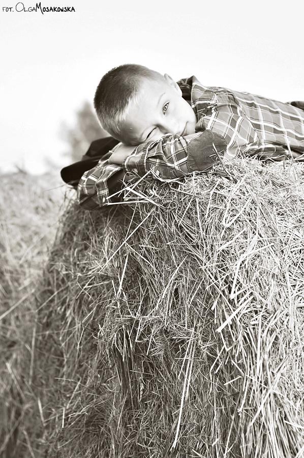 Sesja zdjęciowa dziecka w plenerze, na sianie.