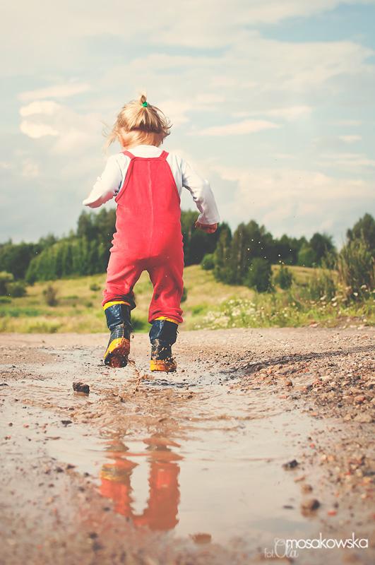 Dziecko skaczące po kałuży. Zdjęcie do projektu wakacyjny czas.