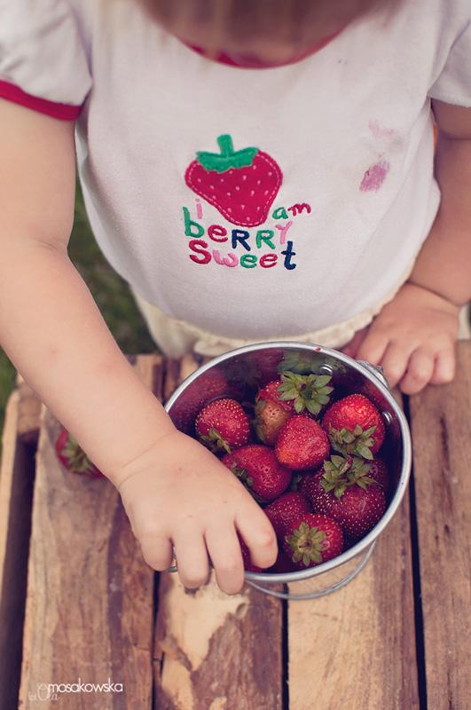 Dziecko jedzące truskawki - zdjęcie projektowe