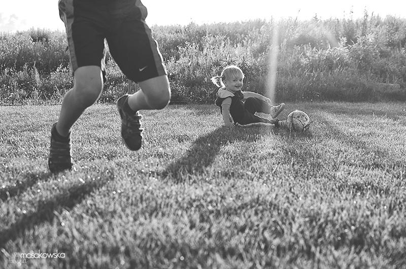 Fotoreportaż z gry w piłkę w Olsztynie - zdjęcia dzieci.