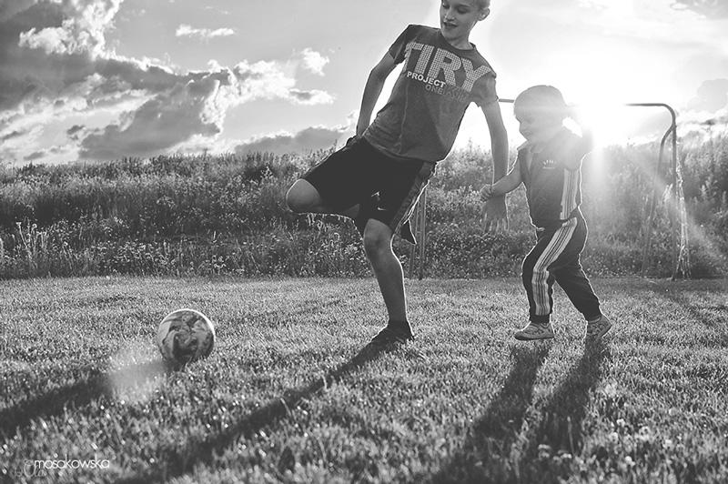 Fotoreportaż z dziecięcej gry w piłkę.
