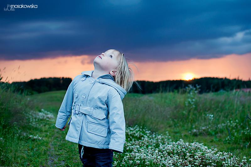 Coś żółtego - plenerowe zdjęcie dziewczynki przy zachodzącym słońcu.