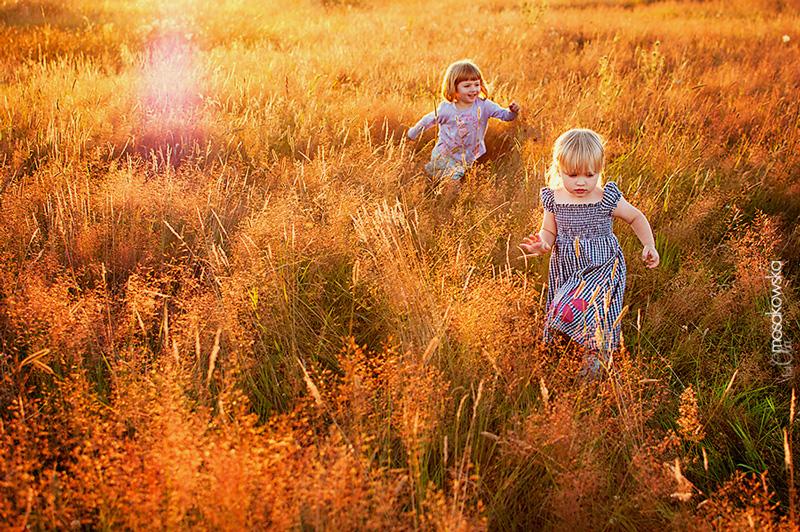 Dziewczynki biegnące po łące - projekt wakacyjny.