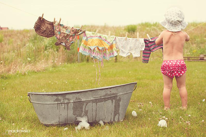 Zdjęcie dziecka rozwieszającego pranie - projekt wakacyjny.