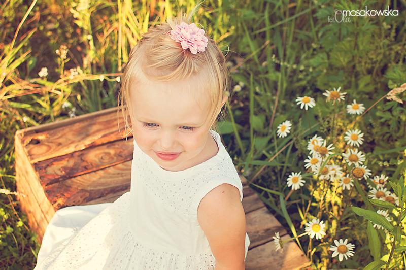 Dziecko w kwiatach na łące