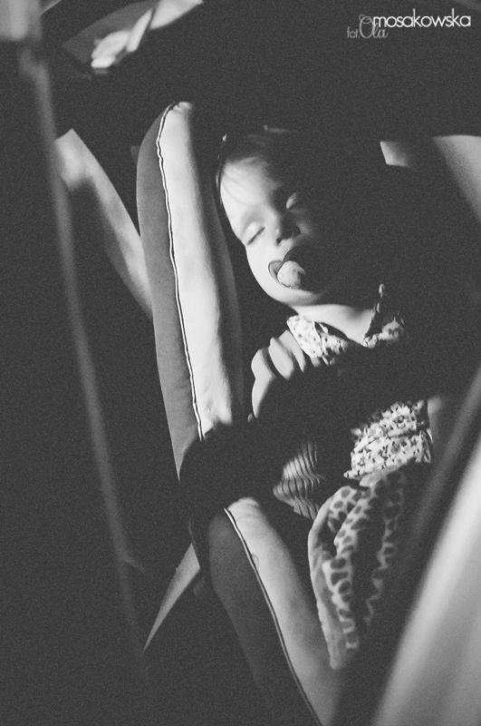 Zdjęcie czarno białe - śpiące dziecko