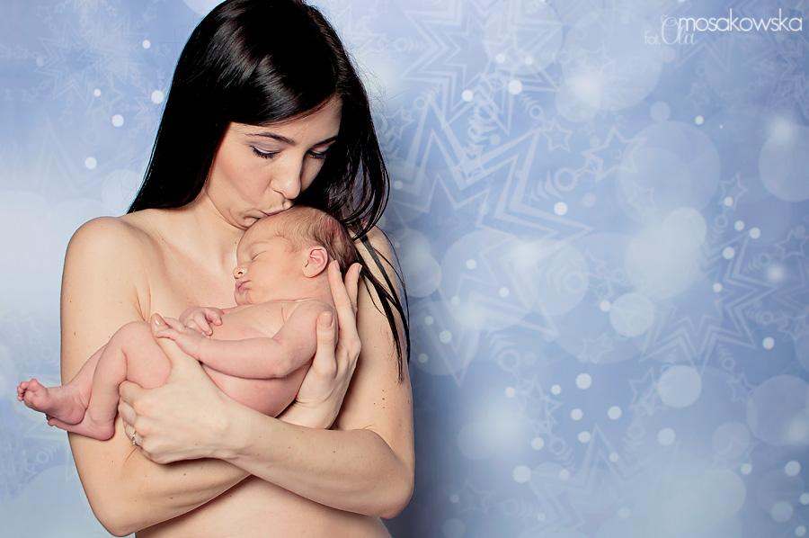 Zdjęcie matki tulącej noworodka